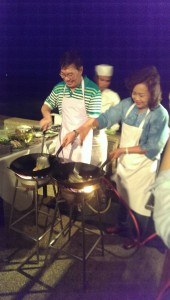 อธิการบดี มหาวิทยาลัยราชภัฏนครราชสีมาร่วมกิจกรรมละลายพฤติกรรม โดยทำผัดไทยเลี้ยงผู้เข้าร่วมอบรม